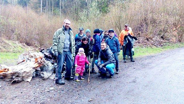 UKLIDILI MARIÁNKY. V lesích okolo Mariánských Lázní se podařilo vysbírat téměř tři tuny odpadu.