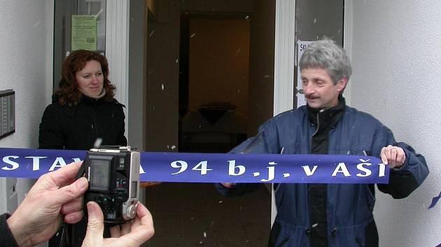 Slavnostní dokončení výstavby 94 bytových jednotek. Tehdy ještě nikdo netušil, jaké s nimi budou problémy