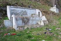 Zanedbaný pozemek u řeky Ohře zkrášlí lidé z charity.