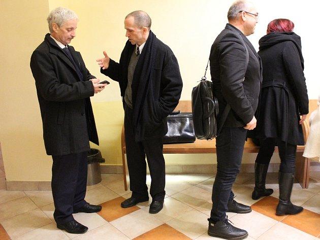 Starosta města Aše Dalibor Blažek (vlevo) a radní Jiří Červenka (vpravo) byli u okresního soudu v Chebu zproštěni obžaloby.