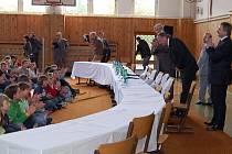 Premiér Mirek Topolánek navštívil chebské gymnazisty