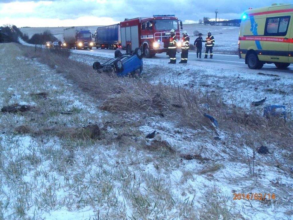 Řidička havarovala ve Staré Vodě na Chebsku. Auto zůstalo na střeše.