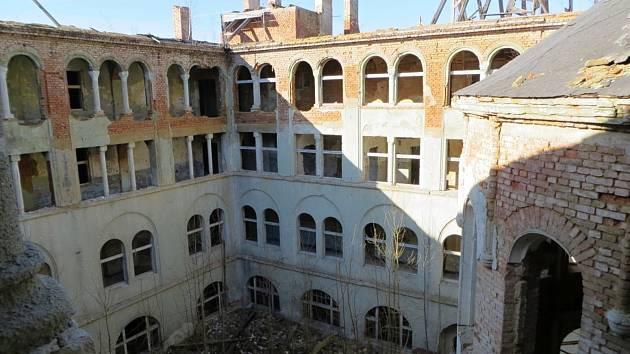 Před čtyřmi lety začala demolice kláštera Milosrdných sester s kostelem Povýšení svatého Kříže v Chebu.