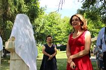 Sabina Laurinová po slavnostním odhalení soch velmi ochotně zapózovala s návštěvníky a podepisovala se.
