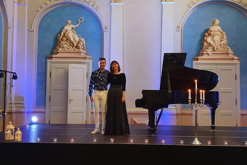 Oba vystupující klavíristé na momentce po okouzlujícím koncertu v Modrém sále (15. srpna 2020).