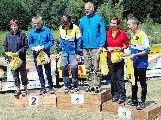 Společné vyhlášení kategorií H a D 55. Zcele vlevo stojí Stanislava Opavová z Mariánských Lázní.