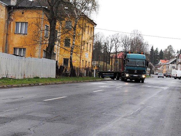 CHEBSKÁ ULICE v Aši dostala v zimě pořádně zabrat. Podle informací z Krajské správy a údržby silnic by se měla začít opravovat v 18. týdnu, tedy od 2. května.