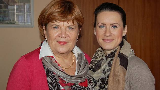 EDITELKA NADACE NAŠE DÍTĚ Zuzana Baudyšová (na snímku vlevo) byla v Chebu společně se svou zástupkyní Markétou Sodomkovou.