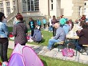 Férová snídaně přilákala do zahrady u Městské knihovny Cheb desítky lidí. Hlavním cílem bylo posnídat se známými přáteli, a navíc ve zdravém stylu.