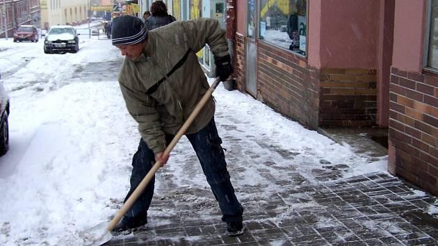 JAK SE VYHNOUT PROBLÉMŮM?  Začít uklízet sníh  dokud je čerstvý. Zmrzlý ušlapaný sníh jinak zůstane na chodnících až do jara nebo nejbližší oblevy.