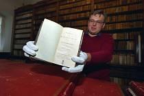 Do historické knihovny zámku Kynžvart na Chebsku se vrátila kniha ze sbírky kancléře Klementa Metternicha z počátku 19. století. Na snímku kastelán Ondřej Cink.