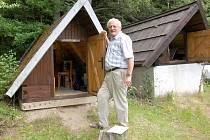 Josef Horálek u seismické stanice v Novém Kostele.