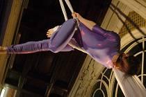 NA VÁNOČNÍCH TRZÍCH v Mariánských Lázních se lidem představily pod klenbou kolonády také akrobatky.