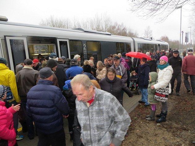 PRVNÍ JÍZDY osobních vlaků z Aše do německého Selbu a Hofu si nenechaly ujít stovky lidí. Na každý spoj čekalo několik desítek cestujících.