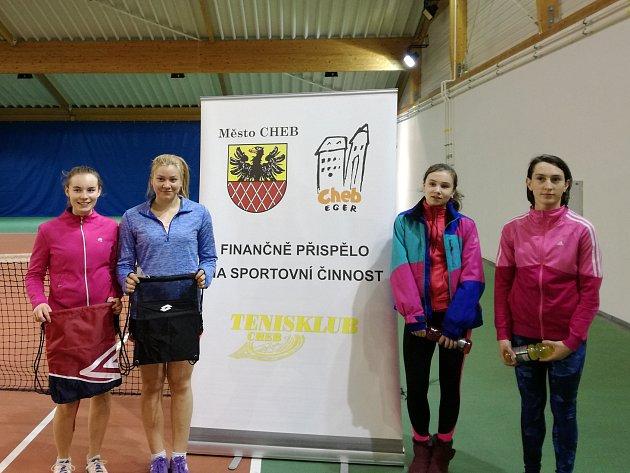 Finalistky chebského tenisového turnaje dorostenek ve čtyřhře: Pláničková,Valoušková (vítězky), vpravo Klokočková, Drudíková.