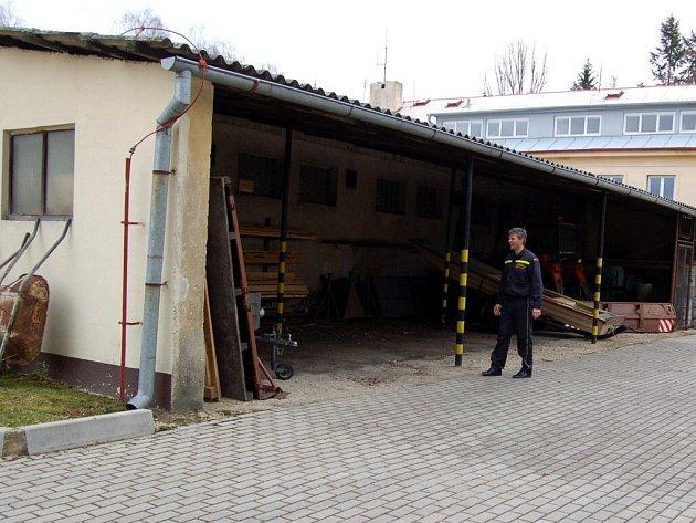 V TOMTO PŘÍSTŘEŠKU v areálu chebské hasičské stanice přišli dva příslušníci o autorádia a ze služebního Favoritu zmizela autobaterie.