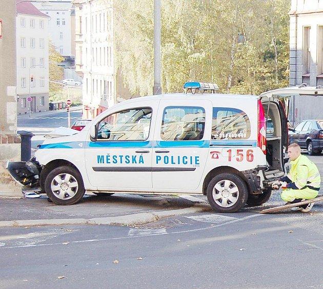 Mongolský občan nedal přednost vozidlu městských policistů, kteří jeli po hlavní ulici. Strážníci nakonec nabourali do domu.