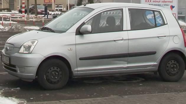AUTOMOBIL poškozený bezohledným řidičem.