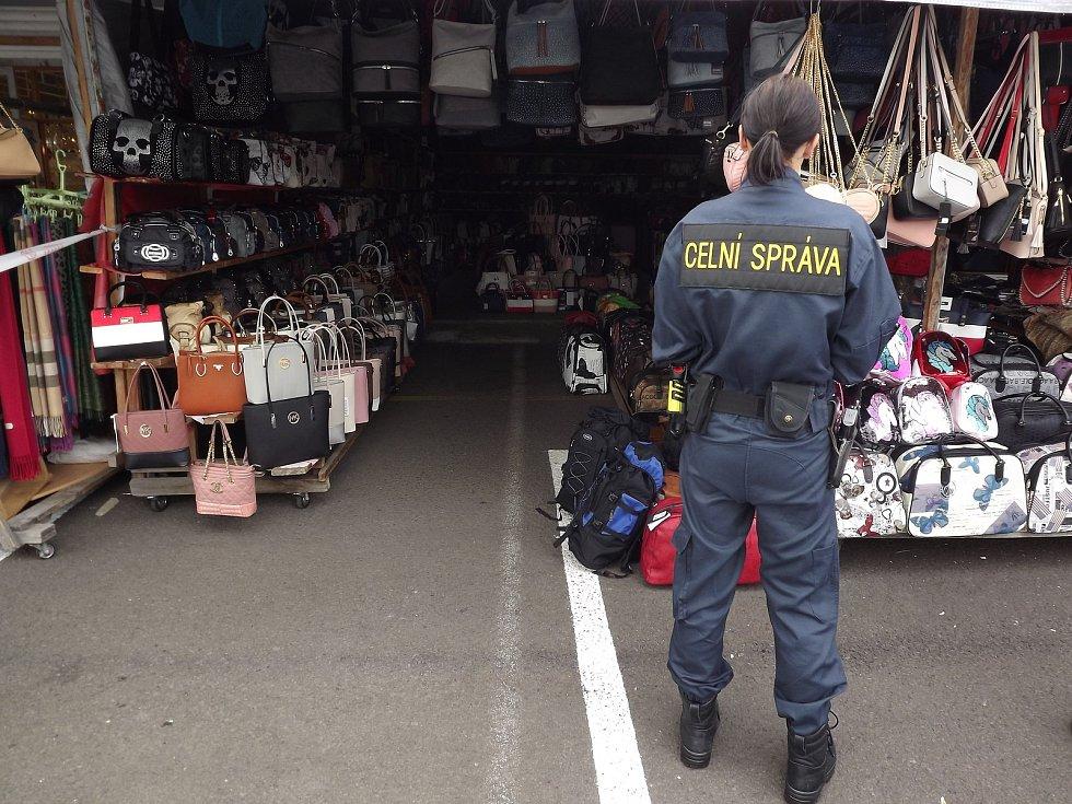 Kontrola na tržnici ve Svatém Kříži.