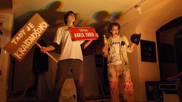UMSKUP! Výstavu dokumentární fotografie z archivu Galerie 4 z let 1989 až 2009 doprovodilo představení uskupení UMSKUP. Tři mladí chebští herci v třicetiminutovém divadelním fastfoodu shrnuli kompletní historii Čech od velkého třesku až po současnost.