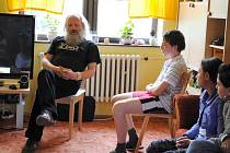 ABSTINUJÍCÍ uživatel pervitinu, dnes terapeut Dan Horyna vyprávěl dětem z plesenského dětského domova svůj životní příběh.