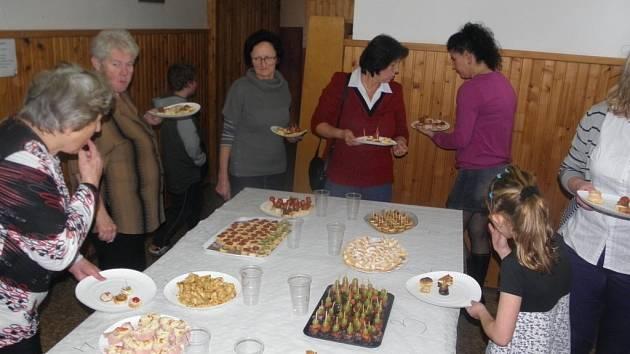 KUCHAŘSKÁ SOUTĚŽ ´Pečeme, vaříme, smažíme´ má v Okrouhlé stále úspěch.