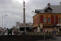 OBCHODNÍ CENTRUM  DRAGOUN. Stavební práce v novém chebském obchodním centru jdou do finále. Staré objekty kasáren  (na pravé straně snímku) se budou bourat hned po Novém roce.