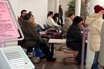 INFORMACÍ MAJÍ DOSTATEK. Přestože již od počátku roku dostávají řidiči informace o tom, že jsou povinni si vyměnit řidičské průkazy vydané do konce roku 1993, stále ještě je na Chebsku více než dva tisíce hříšníků.