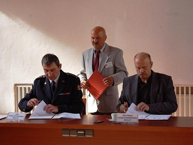 K podpisu přelomových dohod o vzájemné spolupráci v protipožární ochraně mezi Chebem a městy Waldsassen a Neualbenreuth došlo v obřadní síni chebské radnice.