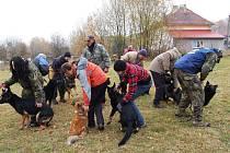 Základní kynologická organizace v Dolním Žandově si pozvala Ivo Eichlera, kynologického odborníka, pod jehož vedením si členové vyzkoušel vedení psa