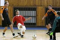 V utkání první ligy mezi Gealanem Czech Aš a Fovou Cheb byli úspěšnější Chebští, kteří také zásluhou dvou gólů  Prokopce (druhý zleva) zvítězili  6:1.