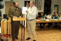 NESHODY! Největší diskuze se rozvířila mezi starostou Velké Hleďsebe Jiřím Bytelem a občanem Jaroslavem Roubíčkem (vpravo).  Ten má, stejně jako další občané pocit, že starosta rozhoduje sám, protože se mu ze zastupitelů téměř nikdo nepostaví.