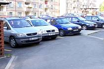 Na sídlišti Zlatý vrch v Chebu je katastrofální nedostatek parkovacích míst
