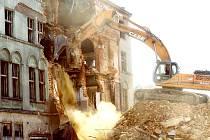 KLÁŠTER MILOSRDNÝCH SESTER SVATÉHO KŘÍŽE se v těchto dnech poroučí k zemi. Demolice objektu potrvá několik týdnů.