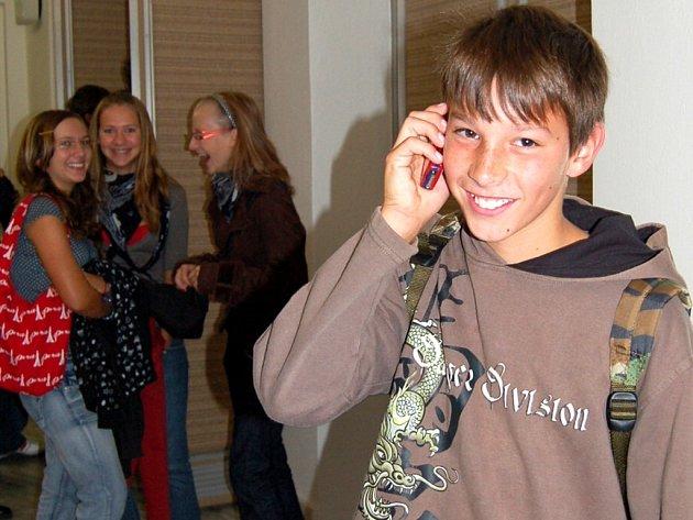 MOBILNÍ TELEFON MÁ PODLE UNIKÁTNÍHO PRŮZKUMŮ DENÍKU každý středoškolák a téměř každý žák druhého stupně základní školy. Výjimkou není ani  Jan Svoboda (na snímku)  z Františkových Lázních. O hodině si ho ale vypíná.