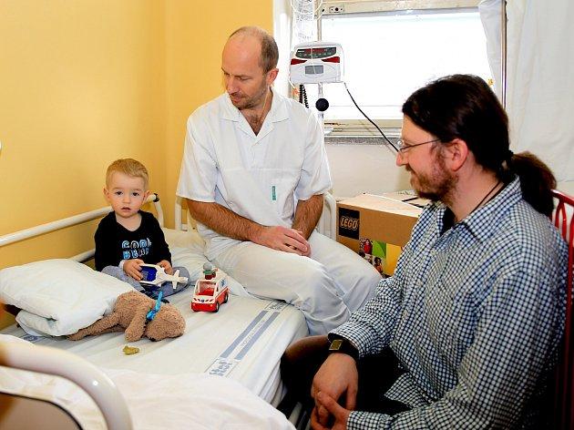 Dětem v chebské nemocnici dělá radost nová stavebnice