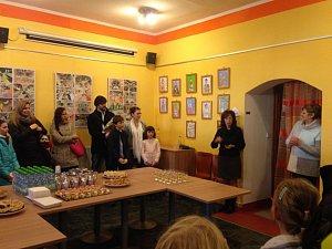 Výstava dětských prací s názvem Když barvy tančí je nyní k vidění v prostorách Turistického infocentra Cheb.