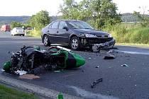 Srážka motocyklu a osobního auta mezi Mariánskými Lázněmi a obcí Skláře