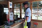 Policisté se vydali do kempů a na koupaliště v Karlovarském kraji, aby návštěvníky poučili, jak se chovat, aby jejich pobyt skončil bez komplikací. Foto: PČR