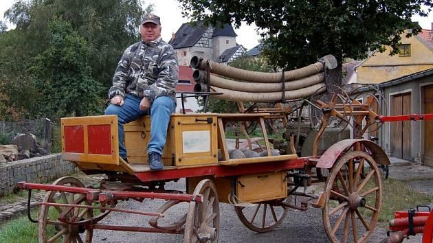 HASIČSKÁ STŘÍKAČKA přibližně z roku 1900 je dalším z kousků, který bude vystaven na hradě Vildštejn v hasičském muzeu ve Skalné. Otevření muzea plánují hasiči na květen 2009.