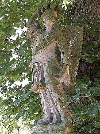 Opravená socha ve Třech Sekerách