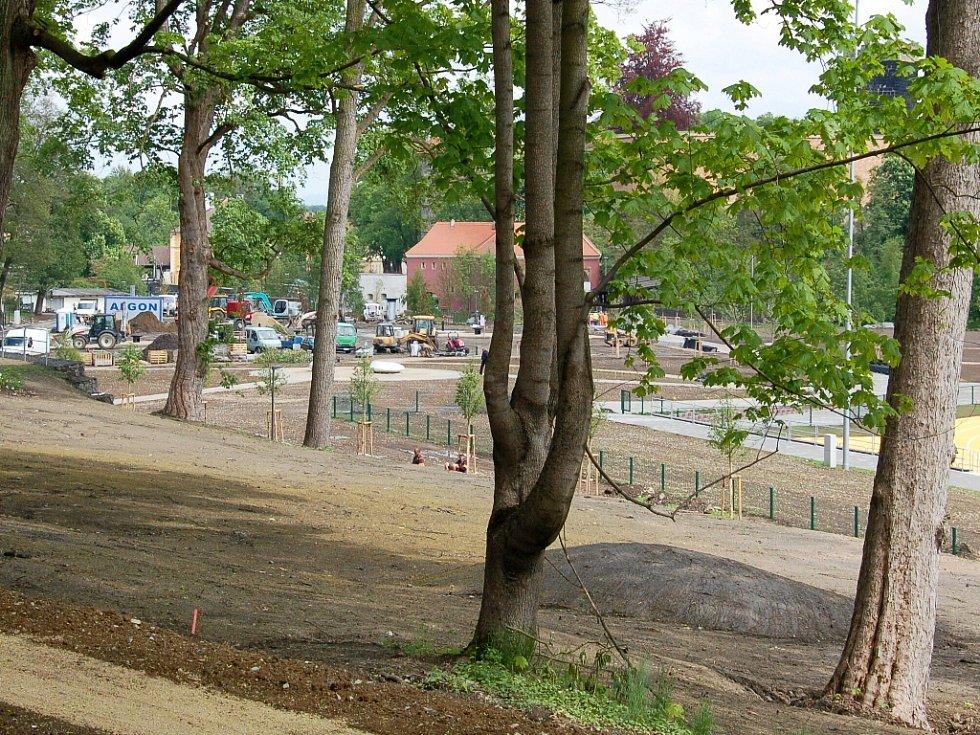 JEDNÍM Z LÁKADEL revitalizovaného levého břehu Ohře je například lanové centrum. V upravené lokalitě už zbývá dodělat pouze drobné práce, vysazují se například květiny.