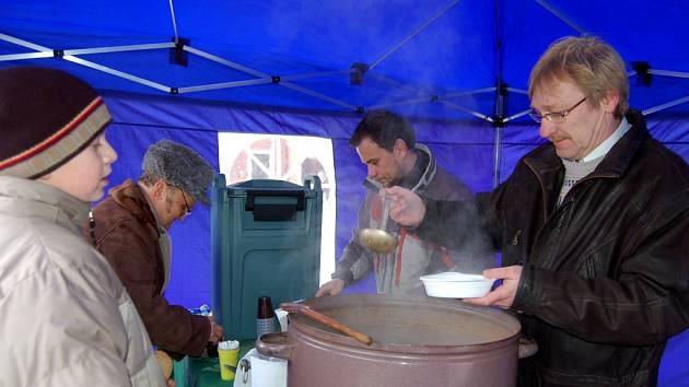 Chebský starosta Jan Svoboda nalévá polévku