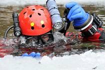 I PŘES OTEPLENÍ minulých dnů dosahoval led v lomu Polná šířky až deseti centimetrů.
