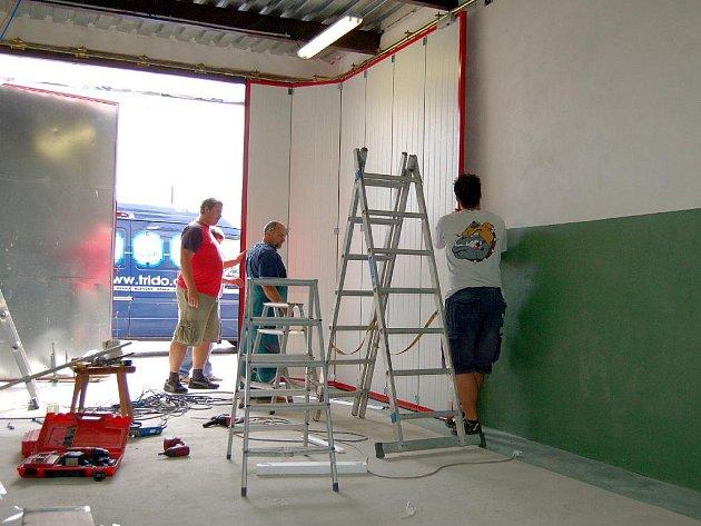 NOVÁ VRATA. Do investic, které podle původního rozpočtu činí 1,2 milionu korun, patří také nová garážová vrata v hasičské zbrojnici v Hájích.