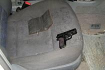 Pistole, se kterou ujíždějící řidič hrozil strážníkům