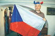 RUS Roman Egler z Moskvy při hokejovém fandění ve františkolázeňské hospůdce U Františka neváhal a upravil se jako správný fanda české reprezentace.