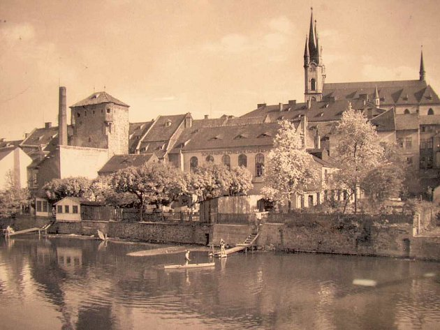 Mohutná Vodní věž (vlevo) tvořila spolu s původními novogotickými věžičkami chrámu svatého Mikuláše dominantu chebského nábřeží