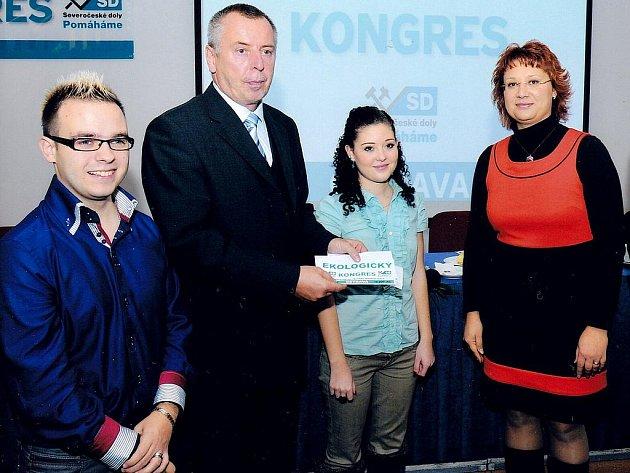 Ředitel Obchodní akademie Opava Petr Kyjovský (druhý zleva), který převzal od Severočeských dolů finanční injekci na podporu tohoto vzdělávacího zařízení.