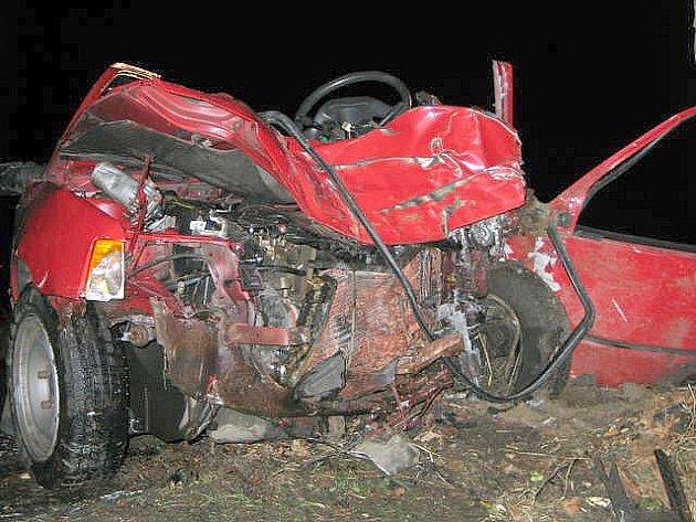 Z POHLEDU na pomačkaný předek automobilu by jen málokdo hádal, že se jedná o Peugeot 205. U Lipoltova v tomto vozidle zemřel 60letý řidič.
